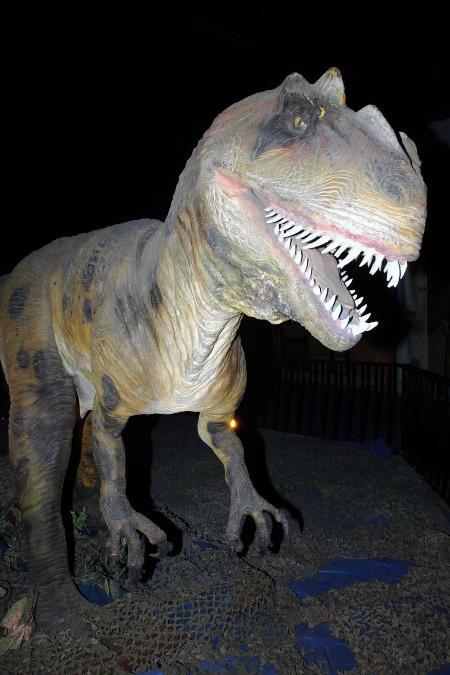 一只巨型恐龙模型再现侏罗纪恐龙的威武图片