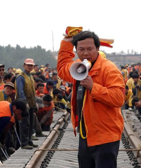 3月8日,南昌铁路局九江工务段的员工正在进行提速道岔更换作业.