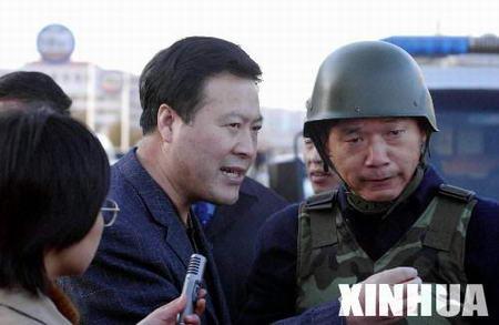 齐齐哈尔市市长林秀山(中)在枪击案现场指挥