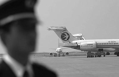 南方日报/图:《深航顾客服务指南》规定,因工程机务、航班计划、运输...