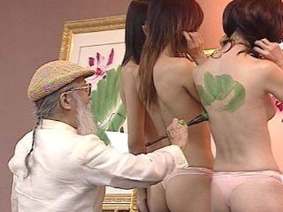 美女裸身作画 知名画家义卖助灾民图