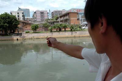 福州晋安河畔两民工跳河救轻生少女组图