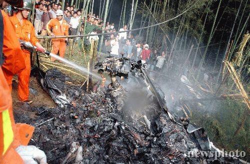 图文:航拍直升机坠毁的事故现场(1)