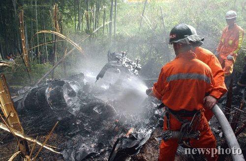 图文:救援人员清理直升机残骸(1)