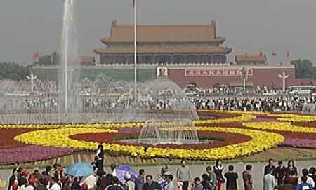 天安门广场新妆迎国庆摆放历史上最大花坛(图)