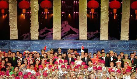 图文:文艺晚会《五星红旗迎风飘扬》在京举行