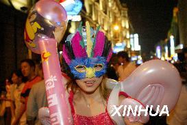 图文:少女戴着面具走上上海街头欢庆国庆