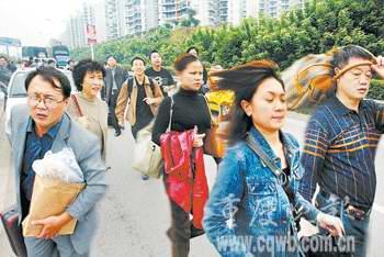 重庆两车相撞堵塞机场路千人跑步赶飞机(图)