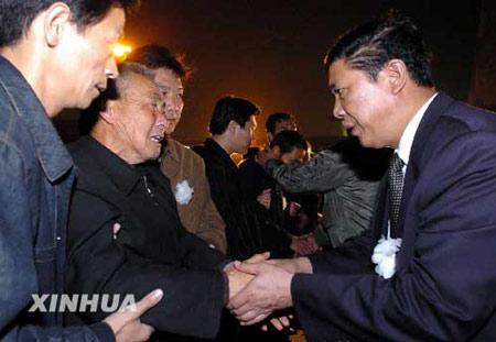 图文:在巴遇难工程师王鹏遗体运抵济南(1)