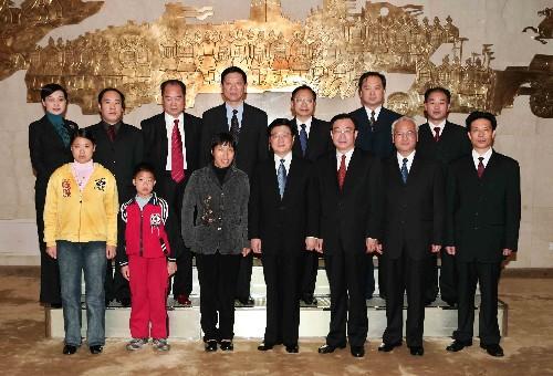 胡锦涛温家宝号召全国基层干部向周国知学习(图)