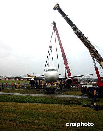 图为十九日早六点半,工作人员出动吊车搬移飞机