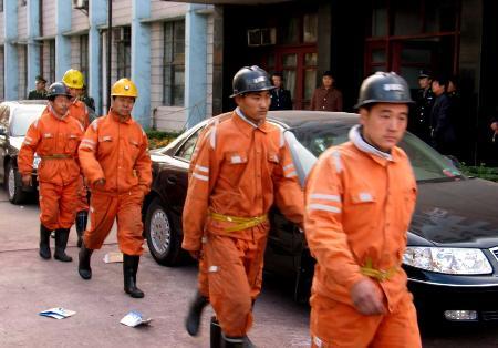 图文:抢险人员赶往大平煤矿