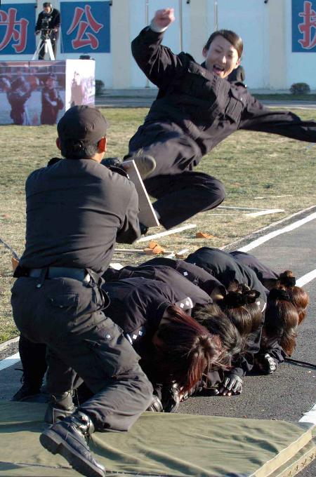 图文:全国铁路公安民警大练兵汇报演练在哈尔滨举行(1)