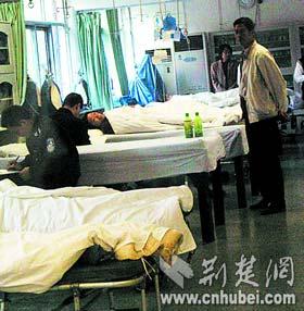 武汉发生野蛮拆墙事件16人被不明身份者打伤
