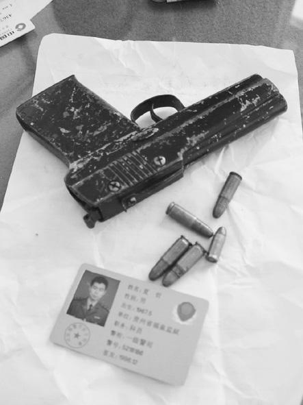 """百度 手枪/警方缴获的一把仿""""五四""""手枪和五发子弹。(金鱼/摄)..."""