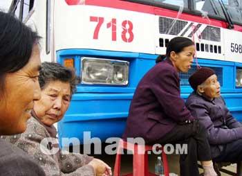进江夏流芳营运首日遭拦阻718路公汽被迫停运(图)