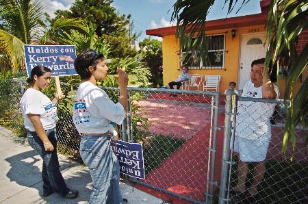 图文:大选志愿者正在挨家挨户走访当地选民