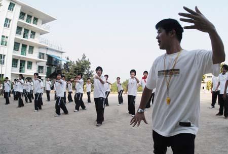 100多初中生体育课耍太极(图)入学北京市初中考试图片