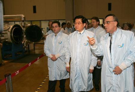 图文:胡锦涛在巴西考察中巴航天航空合作项目