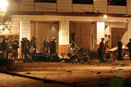图文:刑侦人员正在勘查爆炸现场