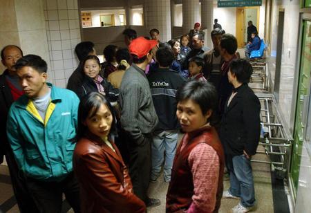 图文:伤者家属正聚在手术室外等待消息