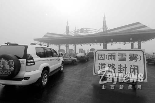 漫卷我国大部分地区的暖湿气流,以迅雷不及掩耳之势再次考验了我们的综合应变能力。一个突如其来的大雾天气,不仅毁了众多城市即将功德圆满的蓝天计划,更给广大人民群众的日常生活带来了诸多不便。城市交通、高速公路、机场所受到的影响显而易见:公交车放慢了车速,长途车延误了行程,高速路暂时关闭,入港航班滞留,连医院也被大雾所累,患者比平时多了一倍。   在这个雾气弥漫的日子里,我省到底受到哪些不利的影响呢?本报记者分头出击,对我省被大雾笼罩的地区进行了全面的采访。编者   华北地区普降大雾   11月30日