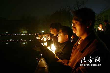 图文:数千南开学子新开湖畔悼念陈省身