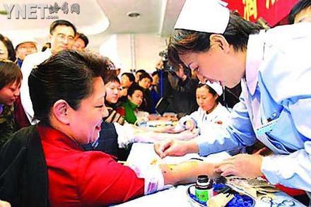 副市长与三百学生共同献血(图)