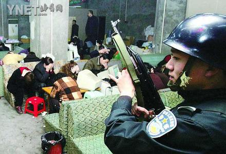 30名持枪警察打掉赌场51人被带回接受调查(组图)