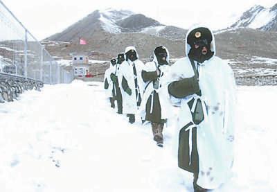 新疆军区驻高原寒区部队着新式冬服巡逻(图)