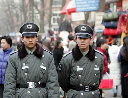图文:保安在北京秀水市场巡逻