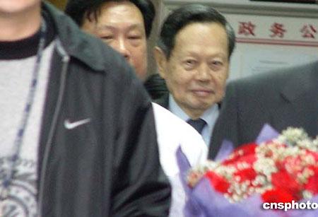 杨振宁与未婚妻今日在广东汕头办理结婚登记