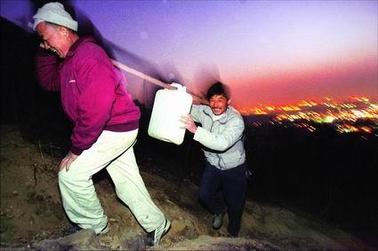广东白云山发生火灾千人手提肩挑运水救火(图)