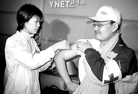 医疗队员出发前集体注射破伤风疫苗(组图)