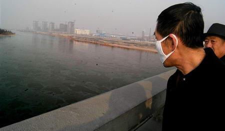 王京 兰州/黄河兰州段遭严重污染本报记者裴强摄
