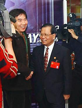 上海人大主任龚学平称赞媒体两会报道(组图)