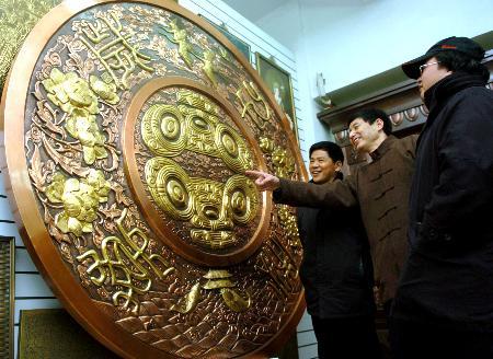 图文:(晚报)巨幅铜雕壁画在杭州制作完成