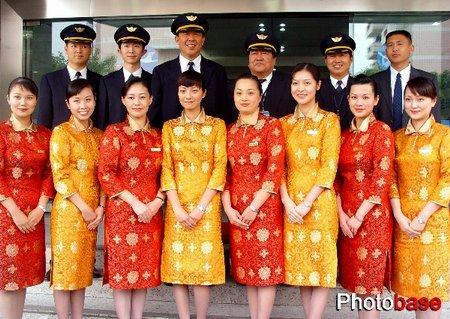 组图:厦航春节台商包机空姐着艳丽唐装亮相