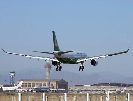 台湾长荣航空公司民航客机抵达北京首都机场