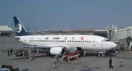 图文:大陆民航客机56年来首次降落高雄