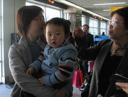 图文:大陆民航客机56年来首次降落高雄(4)