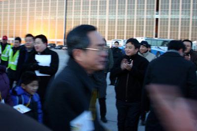 图文:第一名登上海航包机的旅客