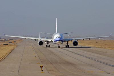 图文:华航飞机进入滑行道准备起飞