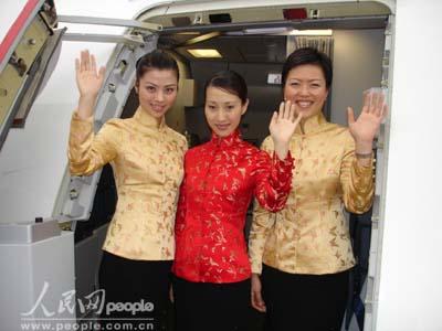 组图:东航空姐身着喜庆唐装准备迎接包机乘客