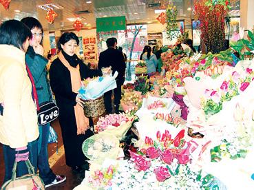 花店里鲜花簇拥,但员工比顾客还多.顾巍钟 摄