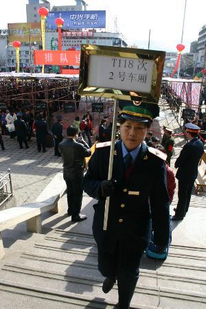图文:甘肃天水火车站客流猛增铁路部门积极应对