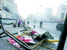 凶徒盗车被围追刺伤联防队员撞死行人后逃匿