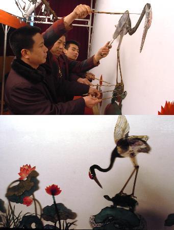 唐山皮影剧团的演员在排练传统剧目《龟与鹤