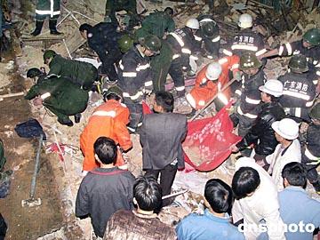 图文:广东梅州发生民房倒塌事故二人死亡