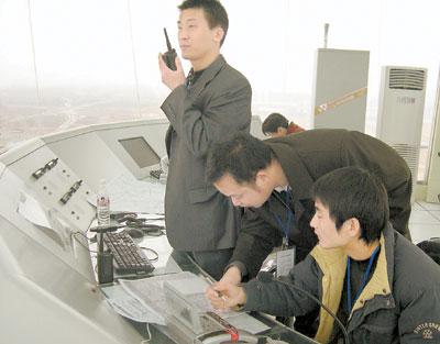 塔台工作人员在引导飞机降落